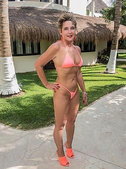 ladies in bikinis porn galleries