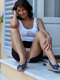 pretty mom upskirt pics