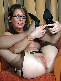 amature mom with glasses nude pictures