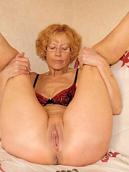 pretty mature mommy showing pussy