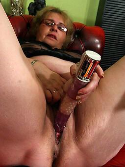 mom masturbates porn pic